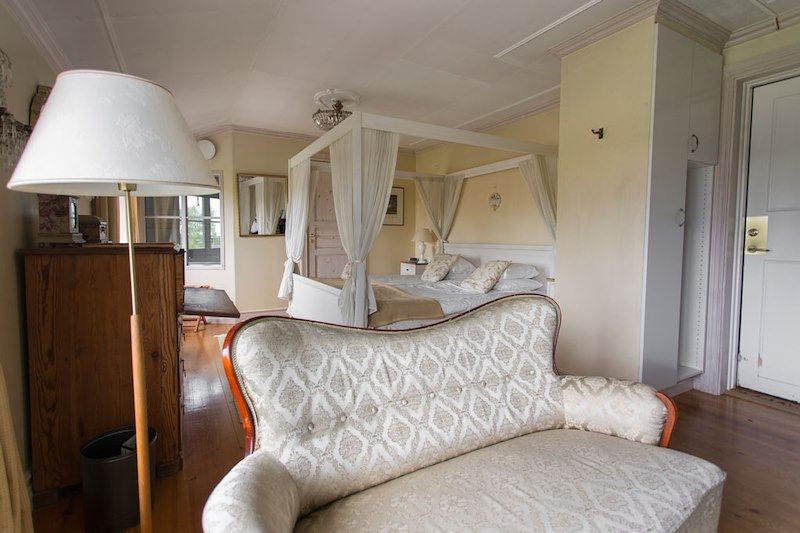 Gemak med bubbelbad / Larger double room with jacuzzi